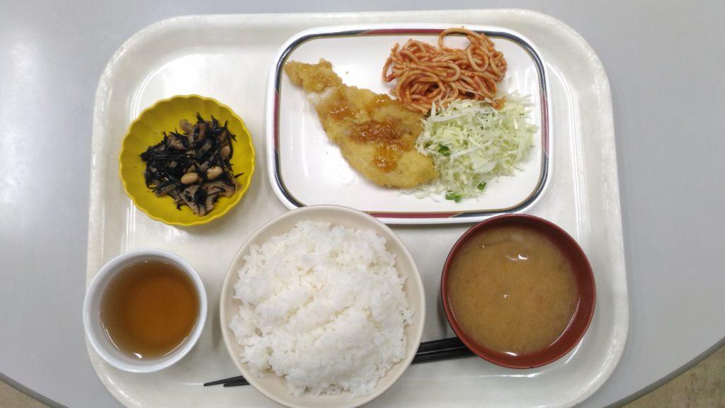 大原寮夕定食の白身魚の天ぷら