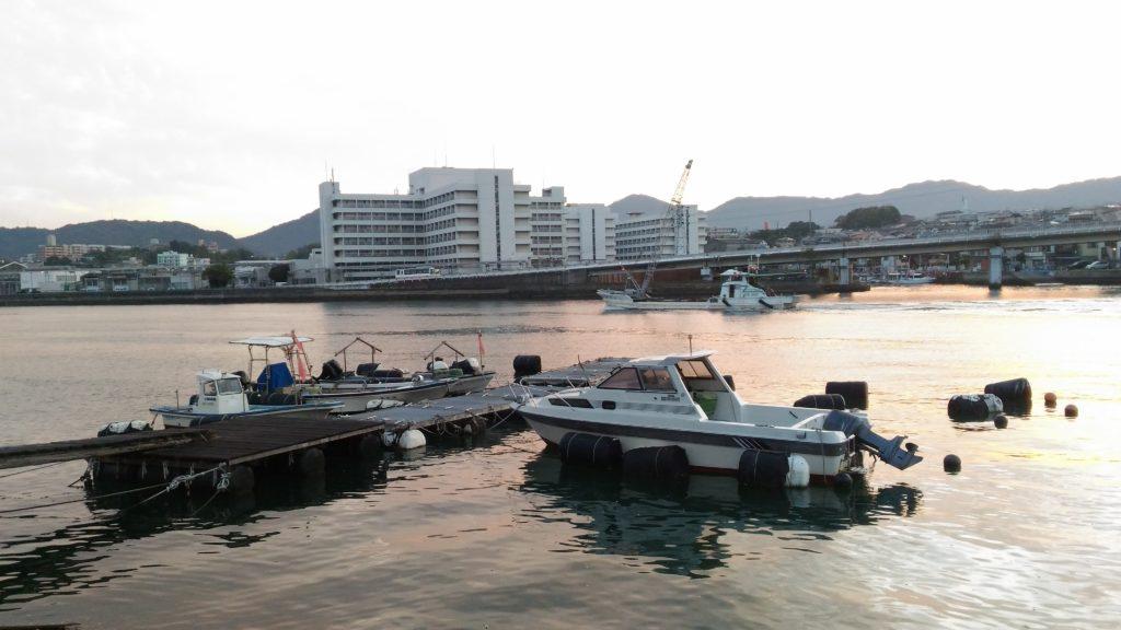 大原・小磯寮と牡蠣筏用クレーン船