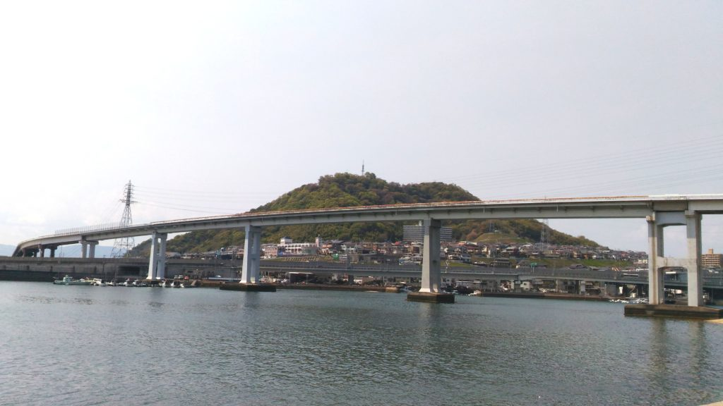 東洋大橋と黄金山